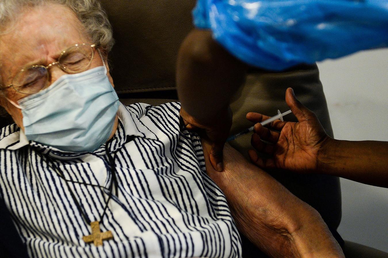 Lucie Danjou, 101 ans, reçoit une dose du vaccin Pfizer/BioNtech