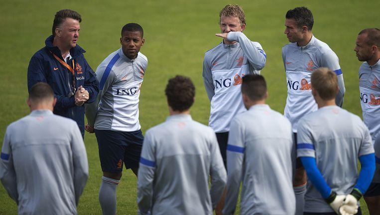 Bondscoach Louis van Gaal doceert tijdens een training van het Nederlands elftal. Beeld anp