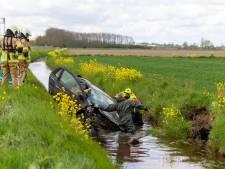 Hulpdiensten massaal uitgerukt voor auto in sloot in Terheijden