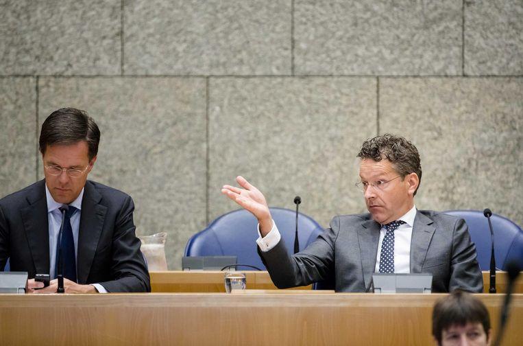Minister Dijsselbloem (rechts) tijdens een debat in de Kamer. Beeld anp