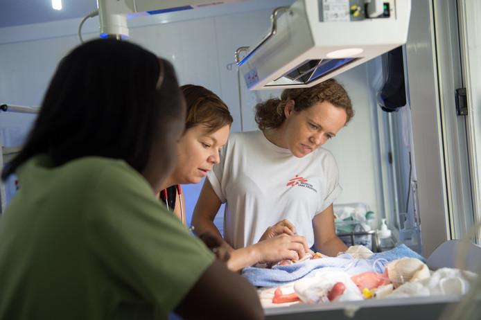 Twee baby's worden onderzocht in het verloskundig ziekenhuis in Port-au-Prince. Als verloskundige voor Artsen zonder Grenzen werk je samen met en train je lokale collega's.