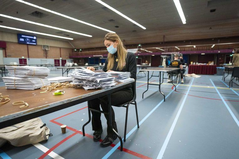 Briefstemmen voor de Tweede Kamerverkiezingen worden geopend en in de stembussen gegooid in de Jan Massinkhal in Nijmegen. Beeld ANP