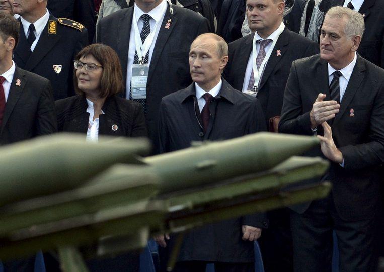 Poetin kijkt naar de parade in Belgrado Beeld reuters