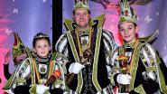 Carnavalsprinsen schenken snoepgoed weg aan hulpdiensten
