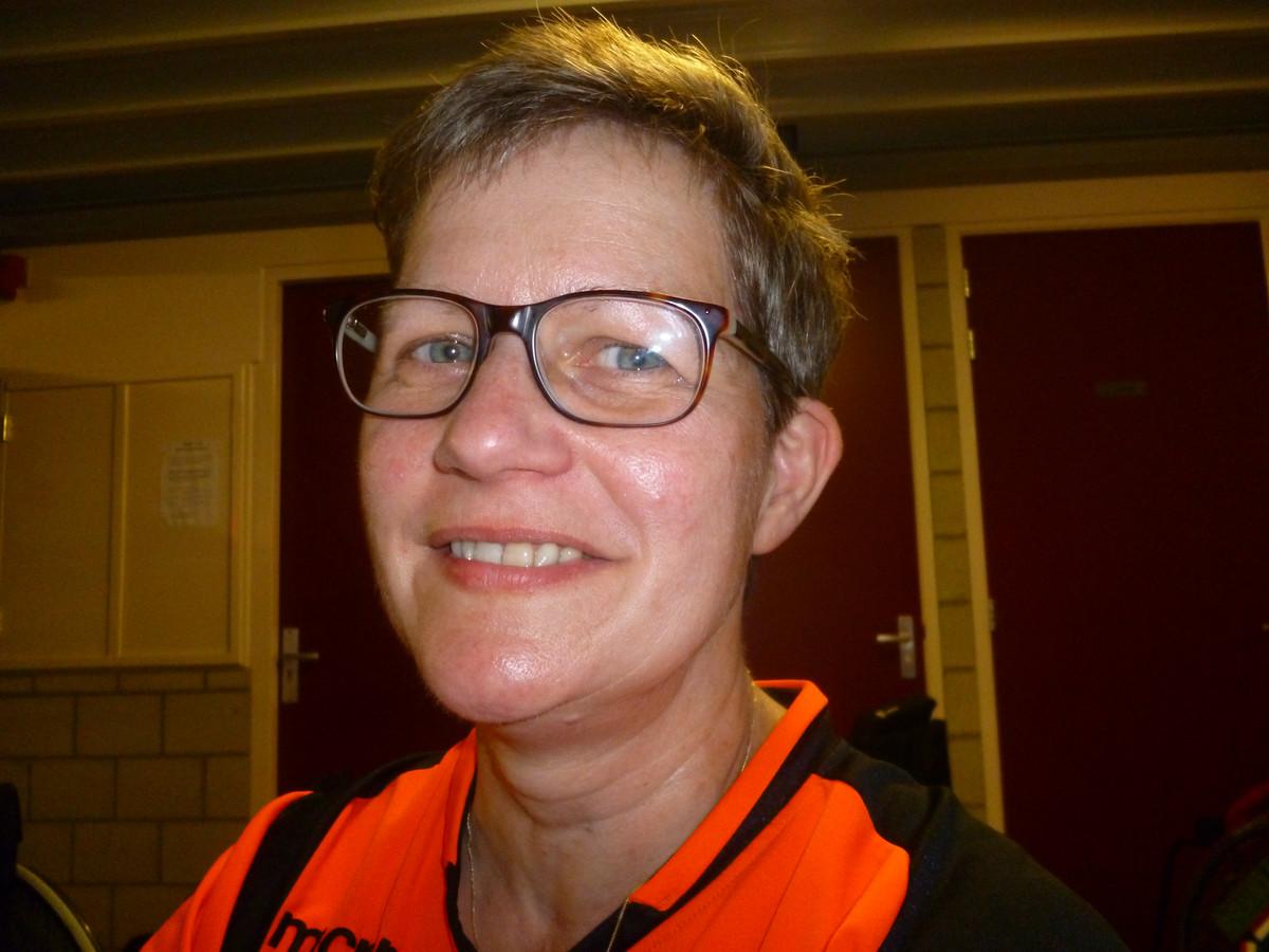 Hilda (53) uit Veendam. Heeft een slechte knie, vandaar dat ze rolstoelhandbal speelt.