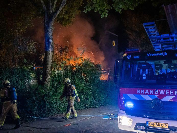 De brand zorgde voor metershoge vlammen.