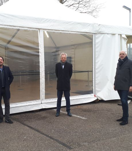 Burgemeester Fröhlich bezoekt nieuwe teststraat in Vianen: 'Onder de indruk van wat hier gebeurt'