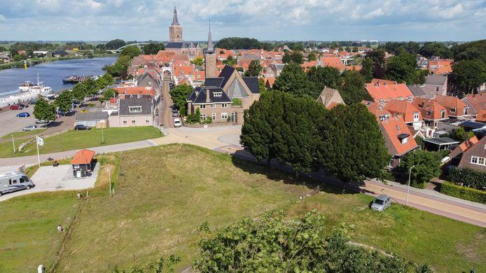 Om het parkeerprobleem in het centrum (boven) op te lossen wil de gemeente 70 parkeerplaatsen aanleggen op het braakliggende terrein naast de camperplaats (links) en de straat Buiten de Enkpoort (rechts).