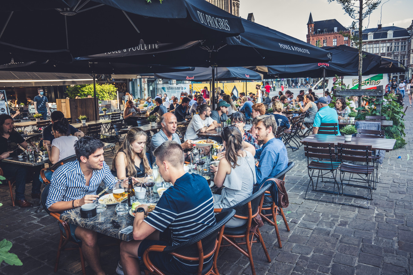 De terrassen in Gent zijngoed gevuld, zoals hier op de Korenmarkt. Binnen in de restaurants zit zo goed als niemand