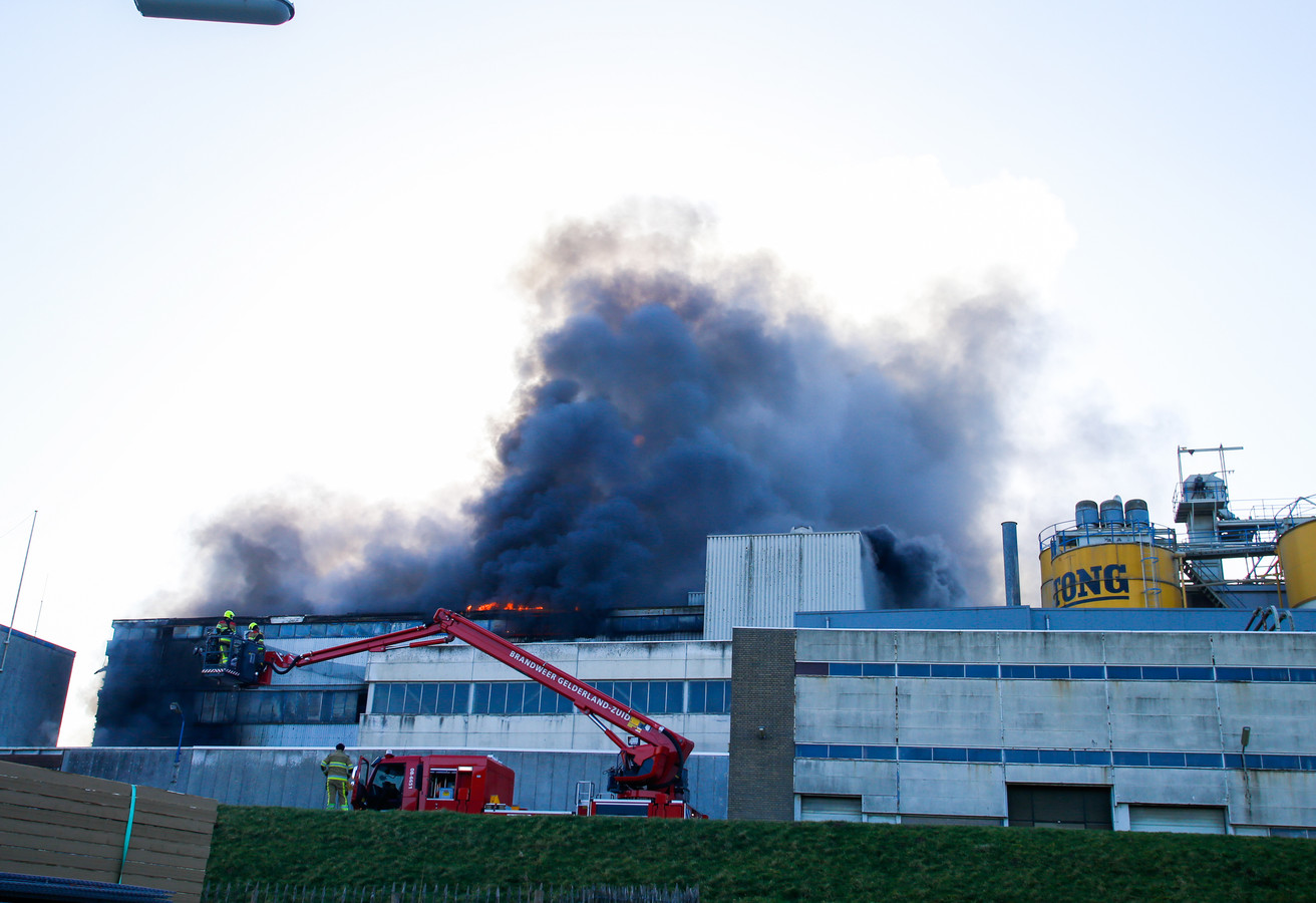 De Veiligheidsregio Gelderland-Zuid adviseert omwonenden om ramen en deuren gesloten te houden in verband met de rook.