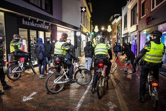 Agenten manen enkele personen in de Van Mandersloostraat het Alphense stadshart te verlaten, nadat een demonstratie tegen de coronaregels was afgeblazen.