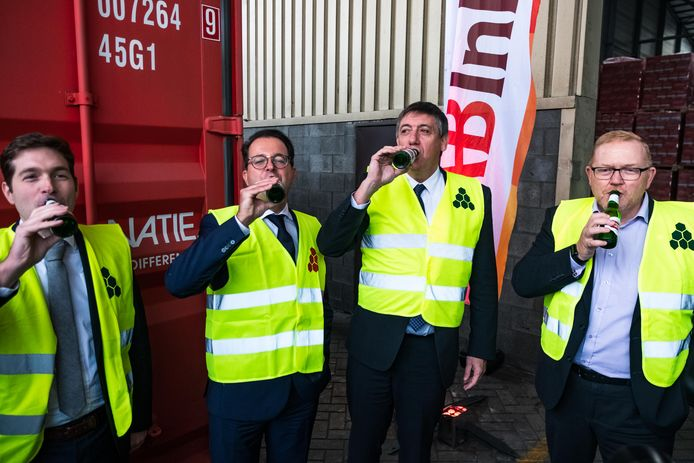 AB InBev zal voortaan het grootste deel van haar haventransport organiseren per trein. De trein zal geladen met bier vertrekken vanuit Katoen Natie richting havendokken. Vlnr. op de foto: Geert Pauwels(Lineas), Alexander Soenen (Stella Artois), Bob Van de Vondel (Katoen Natie), Vlaams minister-president Jan Jambon en Rob Harrison (DP World).