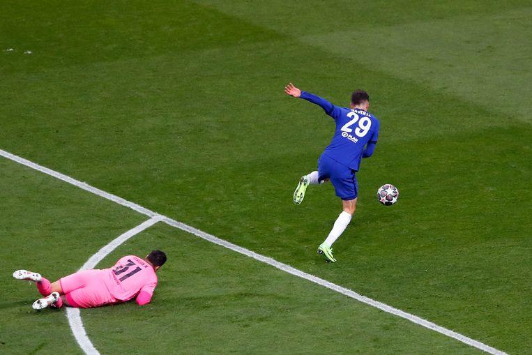 City-keeper Ederson kijkt vanaf de grond toe hoe Chelsea-aanvaller Kai Havertz de winnende treffer in de Champions League-finale maakt. Beeld AFP