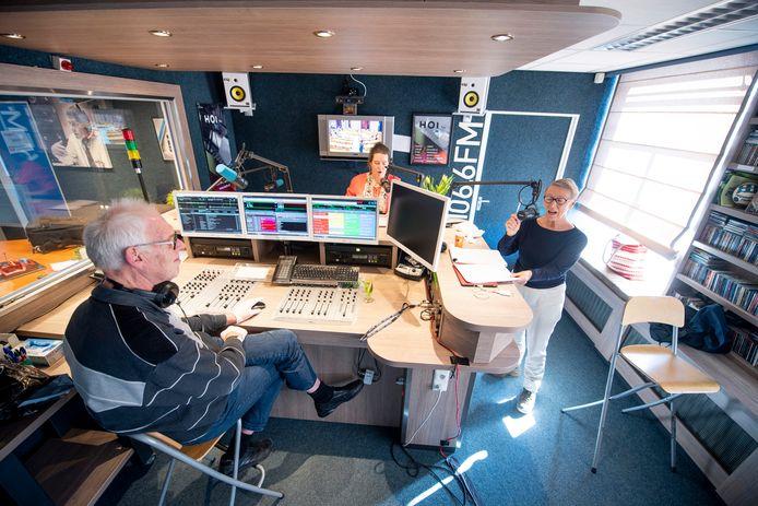 De presentatoren Liesbeth Jansen-Gort en  Wil de Bruine en techniekman Benno ten Cate blijven in de radiostudio van HOi FM keurig anderhalve meter uit elkaar tijdens de eerste uitzending van SamenZijn.
