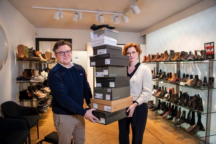 De twee winkels van Peter en Karin Rijkers - Oxener Shoes - zitten al weer een tijdje dicht door corona. De omzet staat zwaar onder druk. Maar ze redden het onder andere door hun webshop. Dagelijks gaan er stapels schoenen weg. Straks, na corona, komt er een herleving van de fysieke winkel, gelooft Rijkers.