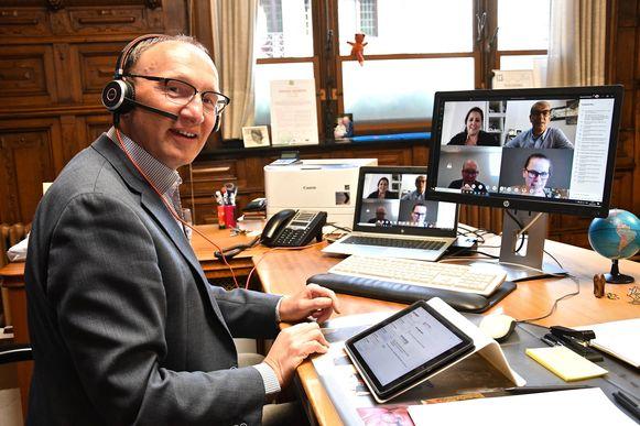 Online gemeenteraad Wevelgem - burgemeester Jan Seynhaeve was er helemaal klaar voor