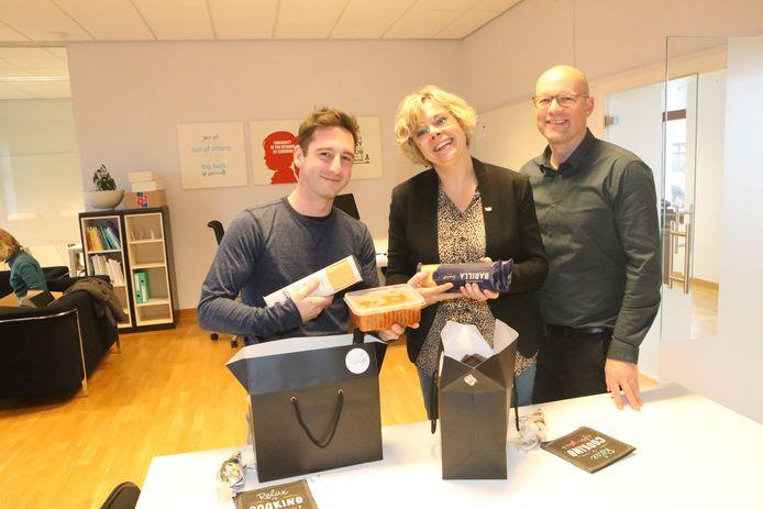 Niels Grosemans en Marie Vanaudenhove kunnen genieten van hun spaghetti en wat vrije uren, aangeboden door algemeen directeur Gert van Passel.