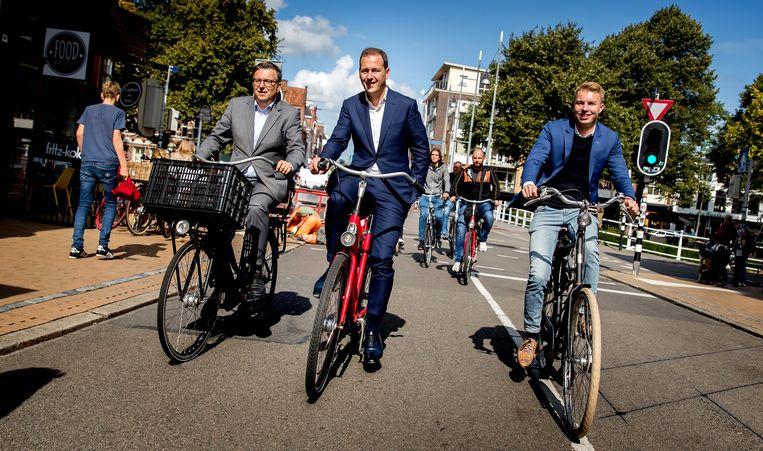 Fractieleider Lodewijk Asscher in 2018, op de fiets door Groningen tijdens een fractiedag van de PvdA.  Beeld ANP
