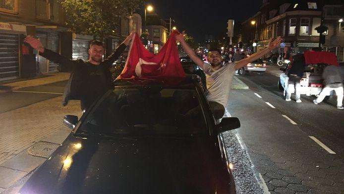 Utrechtse Turken vieren een feestje na de voetbaloverwinning.