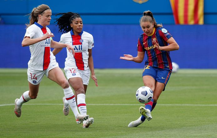 Lieke Martens troeft de defensie van PSG af en opent de score in Barcelona.