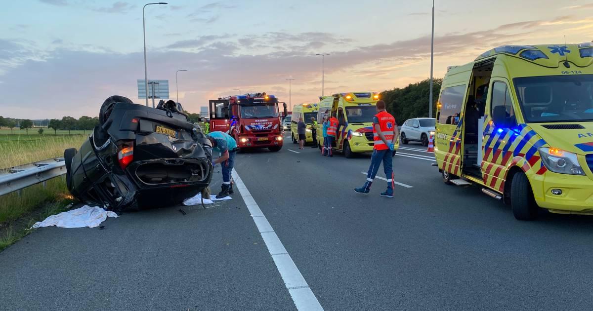 Zwaar ongeluk op A1 bij Klarenbeek, auto op de kop.