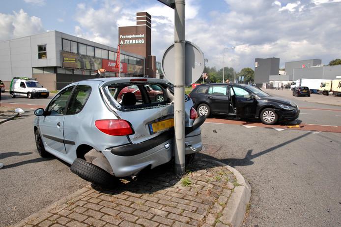 Twee auto's raakten zwaar beschadigd bij een botsing op de Driepoortenweg in Arnhem. Niemand raakte gewond.