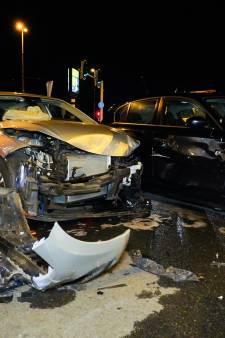 Auto's lopen grote schade op bij flink ongeluk bij GelreDome in Arnhem