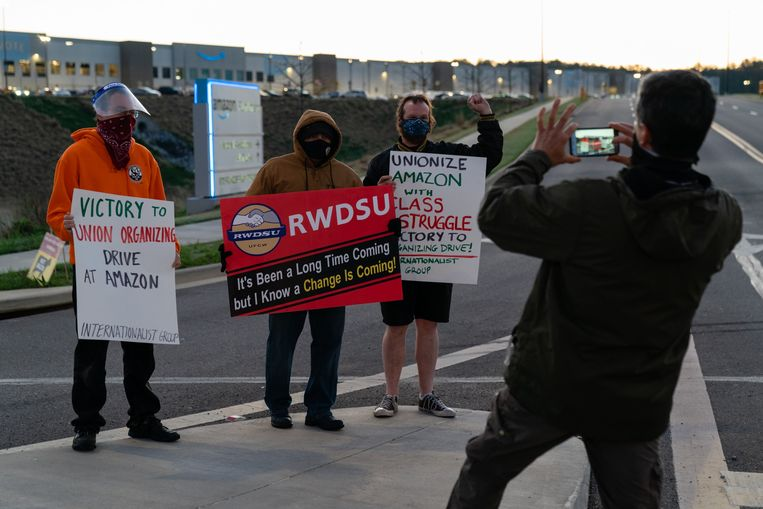 Werknemers van Amazon in Alabama strijden voor de vorming van een vakbond. Beeld AFP
