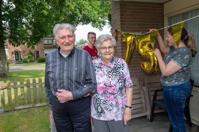 Kleindochter Asjeliene  en achterkleinzoon Quinten hangen de slingers alvast op voor het 75-jarig huwelijksfeest van Henk en Riek Ankersmit in Dalfsen.