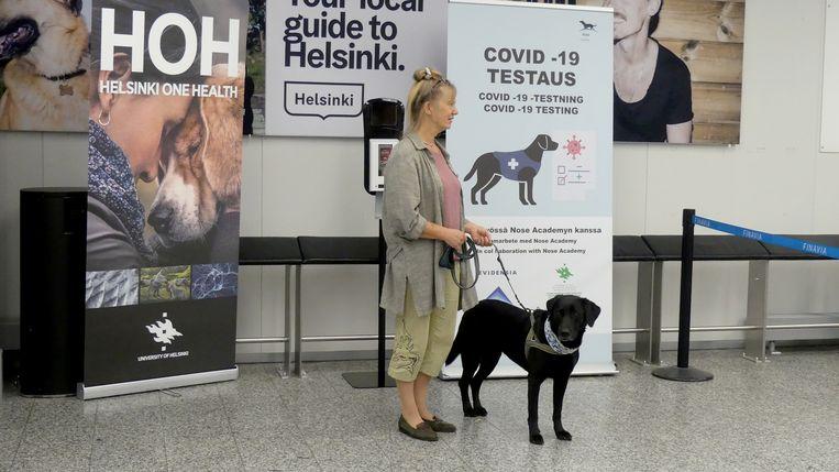 Trainer Susanna Paavilainen met Miina op het vliegveld van Helsinki.  Beeld Attila Cser/ Reuters