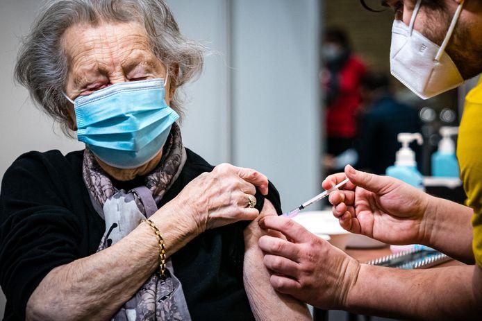 Therese van 95 jaar ontvangt haar coronavaccinatie tijdens de opening van de tweede vaccinatielocatie van de GGD Brabant Zuidoost in sporthal De Braak in Helmond (archieffoto).