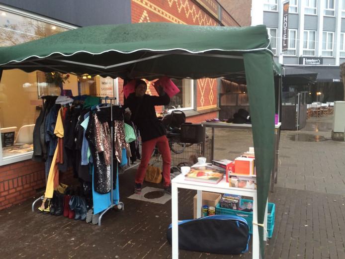 Kraam op de vrijmarkt op het Wilhelminaplein/Willemstraat in Eindhoven.
