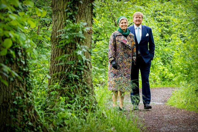 Koning Willem-Alexander en koningin Máxima tijdens een bezoek aan Nationaal Park de Maasduinen in Limburg. Beeld Getty Images