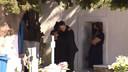 Anagnostopoulos woensdag op de herdenkingsdienst, met de moeder van zijn dode vrouw in de armen.