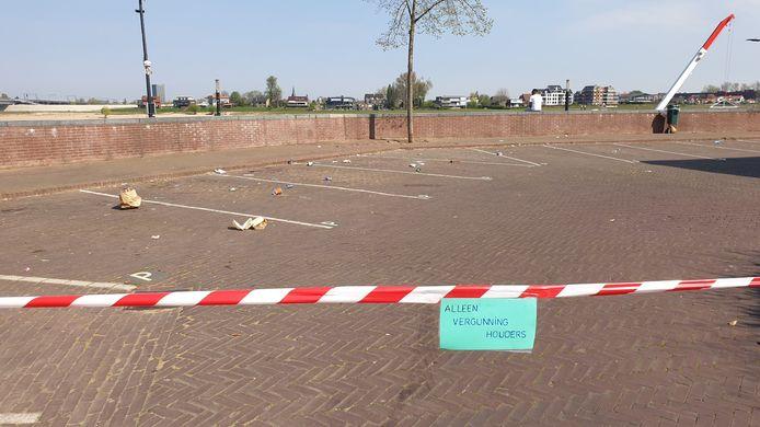 Omwonenden van de Lage Markt in Nijmegen zijn de overlast beu. Ze hebben met rood-witte linten de straat afgezet met een briefje met de tekst: 'Alleen voor vergunninghouders'.