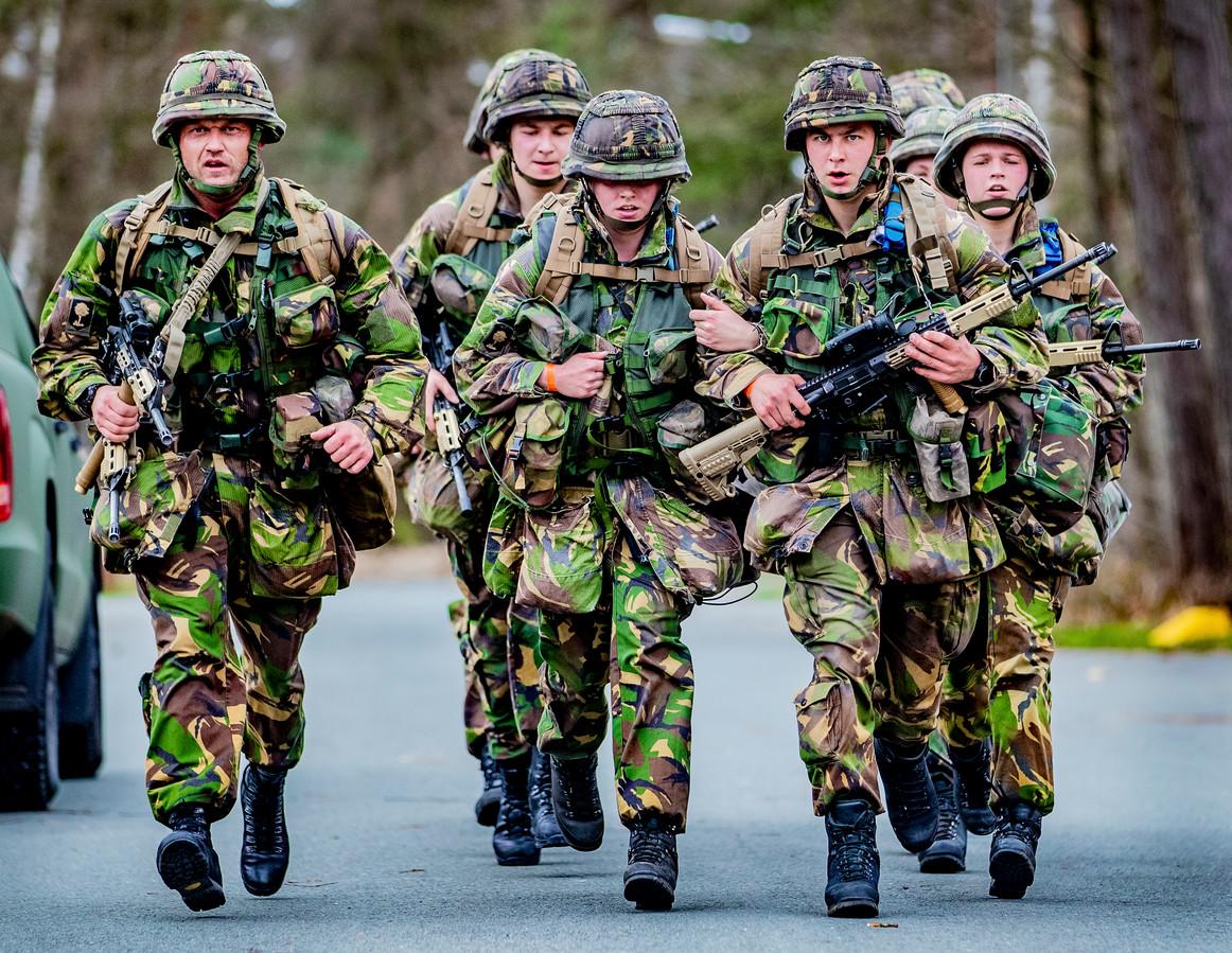 Militairen op de militaire kazerne in Ermelo. Er blijkt nog altijd veel mis met de veiligheid van Nederlandse militairen.