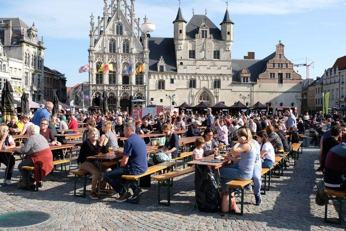 Archiefbeeld van het Bierfestival op de Grote Markt van Mechelen.