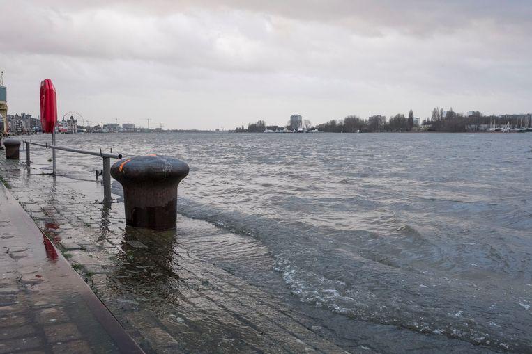 In Antwerpen kwam het water van de Schelde gisteren over de blauwe steen.