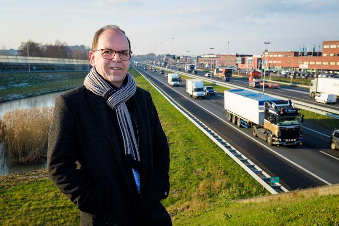 Hans Tanis langs de A15 bij Sliedrecht.