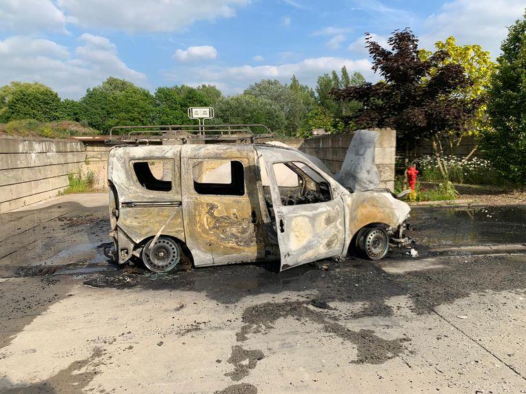 De bestelwagen van de gemeente brandde volledig uit. De politie is een onderzoek opgestart
