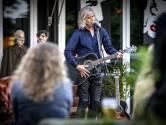 Erwin Nyhoff stuurt zijn Cadillac voor een concert naar De Pol in Diepenheim