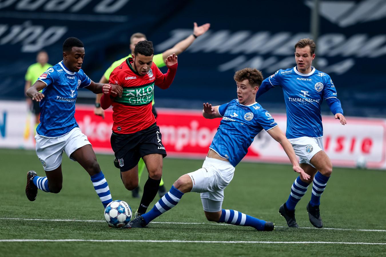 Frank Sturing (tweede van rechts) zet Ayman Sellouf de voet dwars in de thuiswedstrijd van FC Den Bosch tegen NEC op 6 december (2-2). Helemaal rechts kijkt Rik Mulders toe. Links helpt Kevin Felida Sturing een handje.