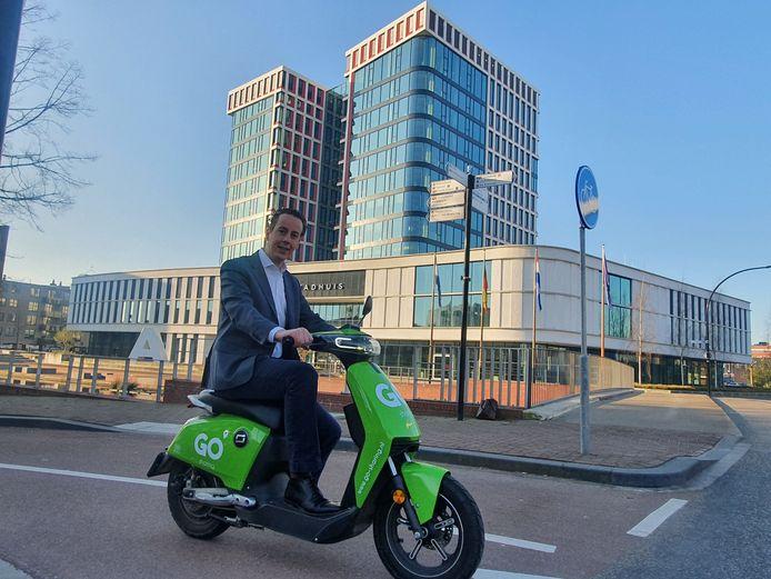 Wethouder Arjen Maathuis reed woensdag als eerste op één van de scooters van Go Sharing.