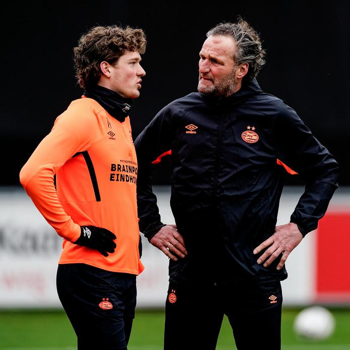 Sam Lammers en assistent-coach René Eijkelkamp in actie bij PSV.