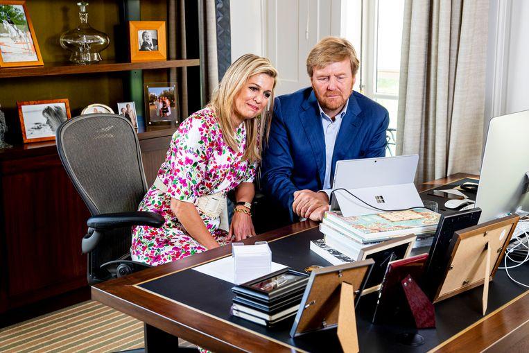 Koning Willem-Alexander en koningin Máxima praten op Koningsdag 2020 vanuit Paleis Huis ten Bosch via een videoverbinding met Nederlanders, verspreid door het land. Vanwege de coronacrisis was de viering in Maastricht afgelast. Beeld ANP