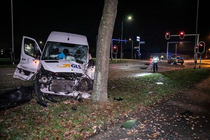 De man en de vrouw in de bestelbus raakten bekneld bij de botsing op de kruising Rivierweg met de Hamersestraat in Westervoort.