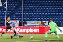 Sebastiaan van Bakel schiet de 4-0 binnen voor FC Den Bosch.