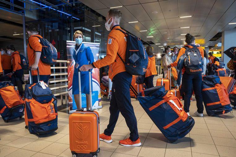 Een gedeelte van de Nederlandse atletiekploeg en de turnvrouwen vliegt naar Tokio om deel te nemen aan de Olympische Spelen. Beeld ANP