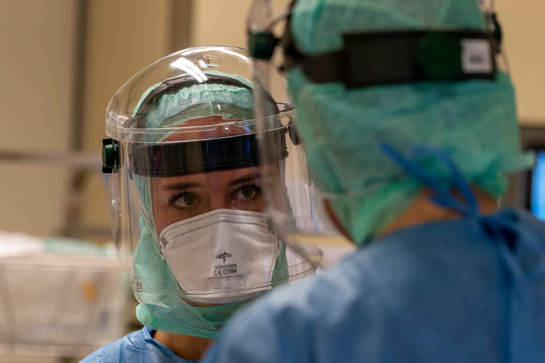 Medewerkers van het Jeroen Bosch Ziekenhuis op de intensive care, waar de kwetsbaarste coronapatiënten worden behandeld. Beeld David Pattyn