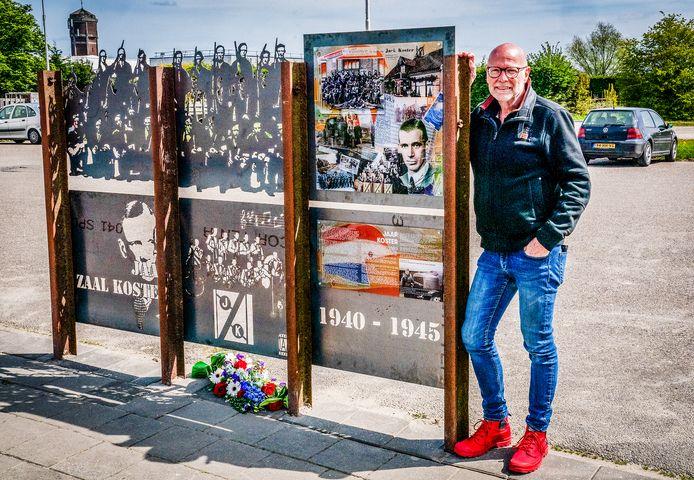 Jaap Reedijk bij het door hem ontworpen verzetspaneel in Klaaswaal.